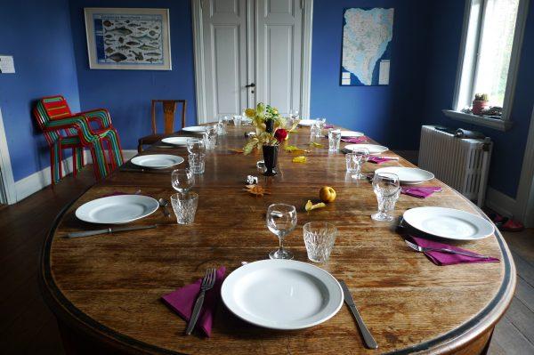 Esstisch im blauen Salon festlich gedeckt