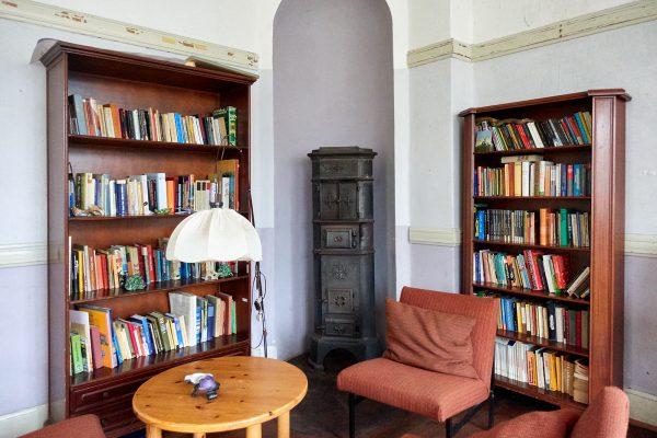 Bücherecke im Seminarraum