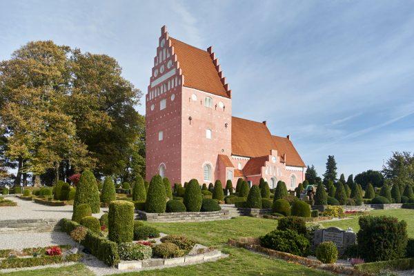Aastrup Kirche und Kirchhof