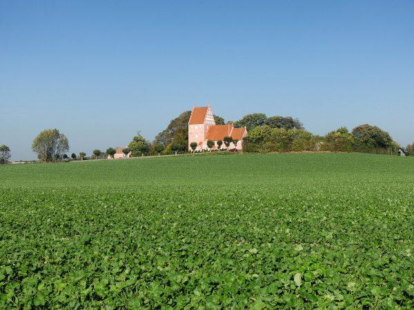 Kirche von Aastrup auf dem Hügel