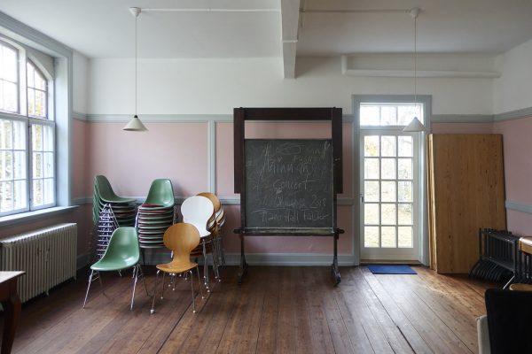 Seminarraum in Rosa. Wandtafel.