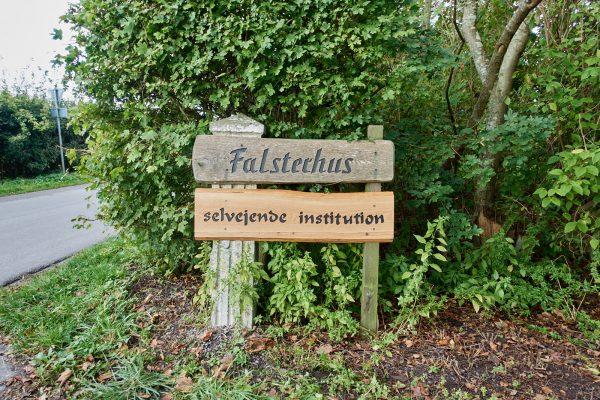 """Neu ergänztes Schild mit der Aufschrift """"Selvejende Institution"""" an der Einfahrt zum Falsterhus"""